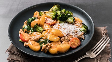 Gnocchi in rosé sauce with pork, spinach and grilled broccoli